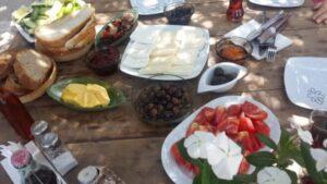 Yaz kış cafe bodrum kahvaltı sofrası